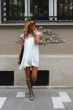vestido-amplio-blanco-sandalias-romanas-altas-negras-bolsa-tote-negra-large-11140